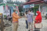 Bupati Siak bagikan masker di dua kampung zona oranye COVID-19