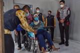 Wabup Sleman menyerahkan bantuan kursi roda kepada warga mengalami stroke