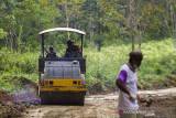 Kapten Inf Asep (tengah) dari Danramil 1010-03/Tapin menggunakan alat berat membangun jalan desa saat program Tentara Manunggal Membangun Desa (TMMD) di Desa Suato Lama, Kabupaten Tapin, Kalimantan Selatan, Senin (12/7/2021). Kodim 1010/Tapin melaksanakan program TMMD ke 111 dengan membangun jalan desa sepanjang 3.149 meter, merenovasi mushola, poskamling dan rumah warga guna meningkatkan perekonomian masyarakat sekaligus membantu pemerintah dalam percepatan pembangunan serta dilokasi TMMD tersebut dilaksanakan sosialisasi stunting, wawasan kebangsaan, protokol kesehatan dan vaksinasi massal. Foto Antaranews Kalsel/Bayu Pratama S.