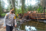 Polisi bersama tim terpadu tutup sumur minyak ilegal di Muarojambi