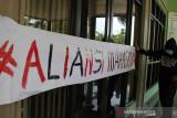 Tuntut pemotongan UKT, mahasiswa IAIN segel pintu rektorat