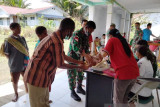 Satgas TNI Yonif 403 bantu layanan posyandu warga perbatasan Pegunungan Bintang