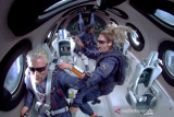 Miliarder Richard Branson sukses terbang ke angkasa dengan Virgin Galactic