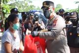 TNI dan Polri distribusikan bansos untuk pelaku UMKM terdampak COVID-19