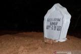 Jenazah almarhumah Agista Ariany istri Gubernur Sultra dimakamkan di samping pusara neneknya