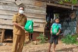 Satgas Baubau bagikan sembako kepada warga terpapar COVID-19