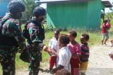 Satgas TNI kunjungi warga pegunungan Bintang jalin silaturahmi