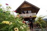 Destinasi Wisata Puncak Sigantang Sira. Wisatawan menikmati panorama alam dan laut Samudera Hindia dari atas Puncak Sigantang Sira di Trumon, Aceh Selatan, Aceh, Rabu (14/7/2021). Destinasi wisata Puncak Sigantang Sira dari Kabupaten Aceh Selatan yang menjadi salah satu nominasi Anugerah Pesona Indonesia (API) 2021. Antara Aceh/Irwansyah Putra