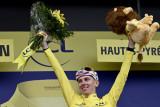 Pogacar makin kencang kenakan jersey kuning usai juarai Etape 18