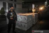Petugas Kepolisian berjaga saat bongkar muat vaksin COVID-19 Moderna di Bio Farma, Bandung, Jawa Barat, Kamis (15/7/2021). Sebanyak satu juta lima ratus dosis vaksin COVID-19 produksi Moderna dari Amerika Serikat tiba di Bio Farma untuk didistribusikan guna percepatan vaksinasi masyarakat Indonesia. ANTARA FOTO/Raisan Al Farisi/agr