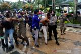 Aparat mengamankan sejumlah pendemo saat unjuk rasa di depan Kantor Wali Kota Ambon, Provinsi Maluku, Kamis (15/7/2021).  (ANTARA FOTO/FB Anggoro)