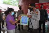 Polda Sulut bagikan  3.500 paket sembako kepada warga