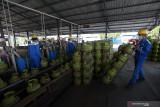 Pekerja menata tabung elpiji 3 kilogram yang kosong untuk diisi kembali di Stasiun Pengisian dan Pengangkutan Bulk Elpiji (SPPBE) milik Mayangkara Group di Kota Bitar, Jawa Timur, Jumat (16/7/2021). Pertamina memprediksi konsumsi elpiji di wilayah Jawa Timur naik hingga 10 persen selama masa PPKM Darurat, menjadi sekitar 4.807 Metrik Ton (MT) dibandingkan konsumsi pada kondisi normal yakni sekitar 4.370 MT hal tersebut disebabkan tingginya aktivitas masyarakat di rumah. Antara Jatim/Irfan Anshori/zk