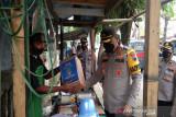 Polres Batang bagikan 200 paket sembako ke warga miskin