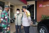 Pemkot Mataram mengecek kesiapan ruang isolasi di RS darurat COVID-10