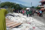 Akibat rem blong  truk terguling  di Pendakian Panyalaian, jalur Bukittinggi-Padang macet