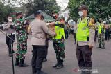 Anggota TNI-Polri salurkan bantuan warga terdampak PPKM Darurat