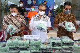 BNNP Aceh Amankan Puluhan Bungkusan Sabu. Kepala Badan Narkotika Nasional Provinsi (BNNP) Aceh Brigjen Pol Heru Pranoto (tengah) memperlihatkan barang bukti narkotika jenis sabu-sabu di Banda Aceh, Aceh, Jumat (16/7/2021). BNNP Aceh mengamankan seorang tersangka dan menggagalkan peredaran 30 bungkusan sabu-sabu seberat 31,4 kilogram dari Malaysia untuk diedarkan di wilayah Lhokseumawe dan Aceh Utara. ANTARA/Irwansyah Putra