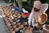 Produk UMKM Gerabah. Pengrajin Usaha Mikro, Kecil, dan Menengah (UMKM) menata hasil kerajinan gerabah dari tanah liat untuk dijajakan di Banda Aceh, Aceh, Jumat (16/7/2021). Berbagai jenis alat memasak hasil kerajinan dari tanah liat yang didatangkan dari Kabupaten Bireuen tersebut dijual antara Rp15.000 hingga Rp100.000 per unit. Antara Aceh/Irwansyah Putra