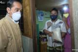 Presiden Jokowi bagikan paket obat dan sembako kepada warga Jakarta Utara