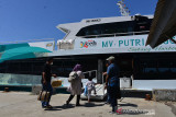 PENYEKATAN PEMUDIK LEBARAN JALUR PENYEBERANGAN. Calon penumpang menaiki kapal cepat di Pelabuhan Penyeberangan, Ulee Lheue, Banda Aceh, Aceh, Sabtu (17/7/2021). Pemerintah melakukan penyekatan di jalur penyeberangan tujuan wilayah terluar Pulau Sabang untuk penumpang kapal selama Pemberlakuan Pembatasan Pergerakkan Masyarakat (PPKM), sehingga volume penumpang kapal menjelang lebaran Idul Adha mengalami penurunan drastis hingga 50 persen dibanding lebaran tahun sebelumnya. ANTARA FOTO/Ampelsa