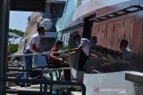 PENYEKATAN PEMUDIK LEBARAN JALUR PENYEBERANGAN. Petugas membantu calon penumpang disabilitas menaiki kapal cepat di Pelabuhan Penyeberangan, Ulee Lheue, Banda Aceh, Aceh, Sabtu (17/7/2021).  Pemerintah melakukan penyekatan di jalur penyeberangan tujuan wilayah terluar Pulau Sabang untuk penumpang kapal selama Pemberlakuan Pembatasan Pergerakkan Masyarakat (PPKM), sehingga volume penumpang kapal menjelang lebaran Idul Adha mengalami penurunan drastis hingga 50 persen dibanding lebaran tahun sebelumnya. ANTARA FOTO/Ampelsa