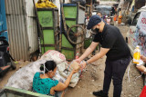 Relawan Jokowi bagikan paket bantuan untuk warga terdampak COVID-19