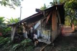Seorang warga berada di rumahnya di Kenali Besar, Alam Barajo, Jambi, Jumat (16/7/2021). Badan Pusat Statistik (BPS) Provinsi Jambi mencatat, sejak September 2020 hingga Maret 2021 jumlah penduduk miskin di provinsi itu bertambah sebanyak 5.800 orang. ANTARA FOTO/Wahdi Septiawan/hp.
