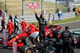 Verstappen kecelakaan, Lewis Hamilton juarai GP Inggris untuk kedelapan kali