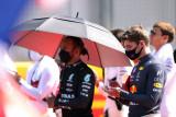 Bos Mercedes bela Lewis Hamilton dalam tabrakan kontroversial di Silverstone