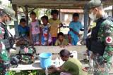 Satgas TNI Yonif 131 ajarkan warga perbatasan RI-PNG membuat penyanitasi tangan