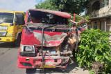 Carry pick up vs truck engkel di Batukliang adu banteng