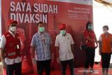 Ketua Umum Palang Merah Indonesia (PMI) Pusat Jusuf Kalla (tengah) ketika meninjau vaksinasi massal PMI Pusat di Jakarta. (Antara/HO/PMI/IFRC).