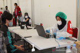 Petugas PMI sedang registrasi pendaftaran peserta vaksinasi massal di PMI Pusat, Jakarta. (Antara/HO/PMI/IFRC).