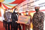 Bank Riau Kepri serahkan CSR ke Pemkab Inhu, dari beasiswa hingga rehab MTS