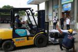 Bea Cukai serahkan bantuan oksigen dari Singapura kepada Pemkot Surakarta