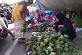 Penjual ketupat memadati bahu jalan depan pasar batas kota Makassar-Maros