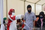 Petugas PMI mengarahkan warga yang akan melakukan vaksinasi massal di PMI Pusat, Jakarta. (Antara/HO/PMI/IFRC).