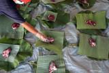 Takmir masjid Baitul Fatah meletakkan daging kurban diatas daun pisang dan daun pohon jati yang dijadikan pembungkus di Kota Blitar, Jawa Timur, Selasa (20/7/2021). Warga didaerah itu memanfaatkan dedaunan untuk membungkus daging kurban dengan tujuan untuk mendukung program pemerintah dalam meminimalisir penggunaan plastik (diet plastik). Antara Jatim/Irfan Anshori/zk