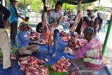PEMBAGIAN DAGING KURBAN HINDARI KERUMUMAN. Petugas panitia memotong daging seusai penyembelihan ternak kurban pada hari Raya Idul Adha 1442 Hijriah di Desa Deah Tengoh, Kecamatan Meuraxa, Banda Aceh, Aceh, Selasa (20/7/2021). Pembagian daging kurban di daerah itu menerapkan layanan antar langsung ke rumah warga untuk menghindari kerumunan dalam upaya mencegah penyebaran COVID-19. ANTARA FOTO/Ampelsa.