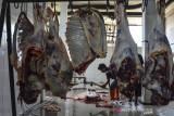 Pekerja memotong daging kurban di Rumah Pemotongan Hewan (RPH) Cigembor, Kabupaten Ciamis, Jawa Barat, Selasa (20/7/2021). RPH tersebut melayani penyembelihan hewan kurban saat perayaan Idul Adha guna menghidari kerumunan dan penyebaran COVID-19 di masa Pemberlakuan Pembatasan Kegiatan Masyarakat (PPKM) Darurat. ANTARA FOTO/Adeng Bustomi/agr