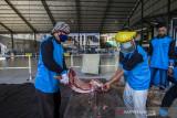 Petugas panitia hewan kurban menyiapkan daging kurban untuk dibagikan di halaman Masjid Al Jihad Banjarmasin, Kalimantan Selatan, Selasa (20/7/2021). Panitia hewan kurban Masjid Al Jihad menyembelih hewan kurban sebanyak 80 ekor sapi menggunakan alat dan membaginya kepada jamaah yang telah berkurban dan selanjutnya mereka yang akan membagi ke masyarakat untuk mengurangi terjadinya kerumunan yang berpotensi meningkatkan jumlah penderita COVID-19. Foto Antaranews Kalsel/Bayu Pratama S.