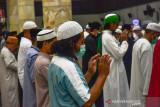 Sejumlah warga melaksanakan shalat Ied dengan menjaga jarak dan mengenakan masker saat Hari Raya Idul Adha di Masjid Al Fatah, Kota Ambon, Provinsi Maluku, Selasa (20/7/2021). (ANTARA FOTO/FB Anggoro)