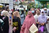 Sejumlah warga mengenakan masker usai shalat Ied berjamaah pada Hari Raya Idul Adha di Masjid Al Fatah, Kota Ambon, Provinsi Maluku, Selasa (20/7/2021). (ANTARA FOTO/FB Anggoro)