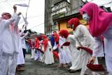 Sejumlah anak muda mengibaskan sapu tangan sambil bershalawat saat melakukan tradisi Hadrat pada Hari Raya Idul Adha 1442 Hijriyah di daerah Soa Bali Kota Ambon, Maluku, Selasa (20/7/2021). Hadrat adalah tradisi warga Muslim Maluku, yakni berpawai keliling sebelum memotong hewan kurban, namun saat pandemi pawai Hadrat dilakukan dengan skala kecil untuk menghindari penyebaran pandemi COVID-19.  (ANTARA FOTO/FB Anggoro)