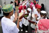 Sejumlah anak muda menabuh rebana sambil bershalawat saat melakukan tradisi Hadrat pada Hari Raya Idul Adha 1442 Hijriyah di daerah Soa Bali Kota Ambon, Maluku, Selasa (20/7/2021). (ANTARA FOTO/FB Anggoro)