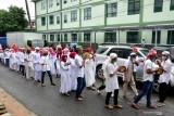 Sejumlah anak muda melakukan tradisi Hadrat pada Hari Raya Idul Adha 1442 Hijriyah di daerah Soa Bali Kota Ambon, Maluku, Selasa (20/7/2021).  (ANTARA FOTO/FB Anggoro)