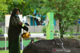 ZIARAH  MAKAM TSUNAMI IDUL ADHA. Warga menaburkan bunga seusai berdoa saat ziarah di makam masal Tsunami, Desa Ulee Lheue, Banda Aceh, Aceh, Selasa (20/7/2021). Pemerintah Aceh mengizinkan masyarakat melaksanakan ziarah makam dan kegiataan keagaman  shalat Idul Adha 1442 Hijriyah sesuai dengan Tausiah Majelis Permusyawaratan Ulama (MPU) Aceh dengan menerapkan  protokol kesehatan secara ketat. ANTARA FOTO/Ampelsa.Z