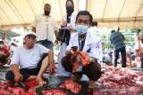Pemeriksaan Kelayakan Daging Kurban. Tim dokter hewan kurban memeriksa hati dan daging kurban Idul Adha sebelum dibagikan kepada masyarakat di Gampong Ilie, Kecamatan Ulee Kareng, Banda Aceh, Selasa (20/7/2021). Dinas Pangan, Pertanian dan Kelautan Kota Banda Aceh bersama Fakultas Kedokteran Hewan mengerahkan tim untuk memeriksa daging hewan kurban yang layak untuk dikonsumsi warga. ANTARA/Irwansyah Putra