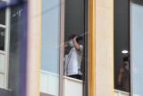 Umat Islam mengenakan masker saat menjalankan ibadah Sholat Idul Adha di Masjid Raya Baiturrahmah, Wanasari, Denpasar, Bali, Selasa (20/7/2021). Sejumlah masjid di wilayah Bali menyelenggarakan Shalat Idul Adha 1442 H dengan membatasi jumlah jemaah menjadi 20-25 persen dari kapasitas serta menerapkan protokol kesehatan secara ketat untuk mencegah penyebaran pandemi COVID-19. ANTARA FOTO/Fikri Yusuf/nym.